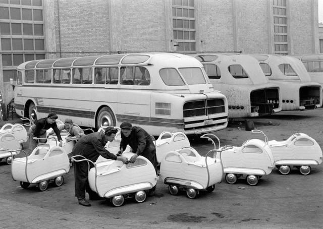 На заводе «Икарус» производят детские коляски, 1954. Фотограф Эрнё Вадаш