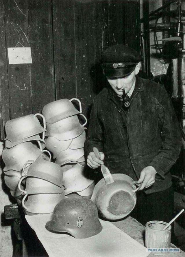 Пpoизводство ночных горшков из немецких касок, Дания, 1945. Автор неизвестен