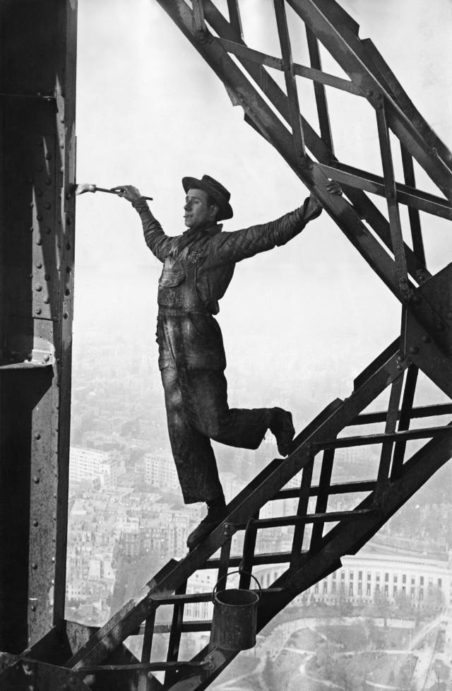 Маляр на Эйфелевой башне, 1953. Фотограф Марк Рибу