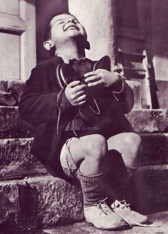Мальчик, получивший новую пару обуви в детском доме в Австрии, 1946. Автор неизвестен