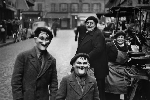 Дети в масках, Париж, Франция, 1949. Фотограф Эллиотт Эрвитт