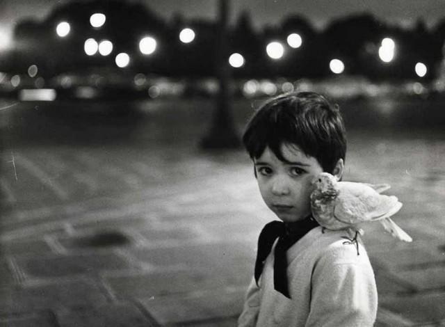 Ребенок и голубь, 1958. Фотограф Робер Дуано