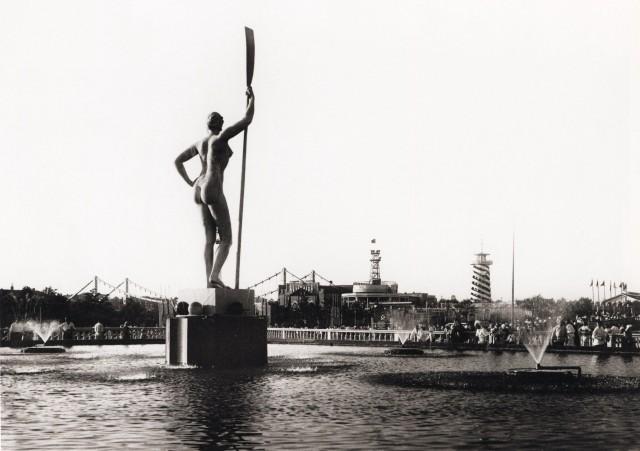 Девушка с веслом в Парке имени Горького, 1930-е. Фотограф Наум Грановский