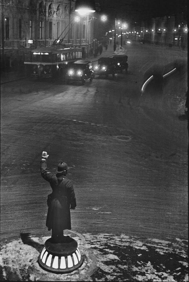 Милиционер-регулировщик ночью на Арбатской площади, 1936. Фотограф Марк Марков-Гринберг