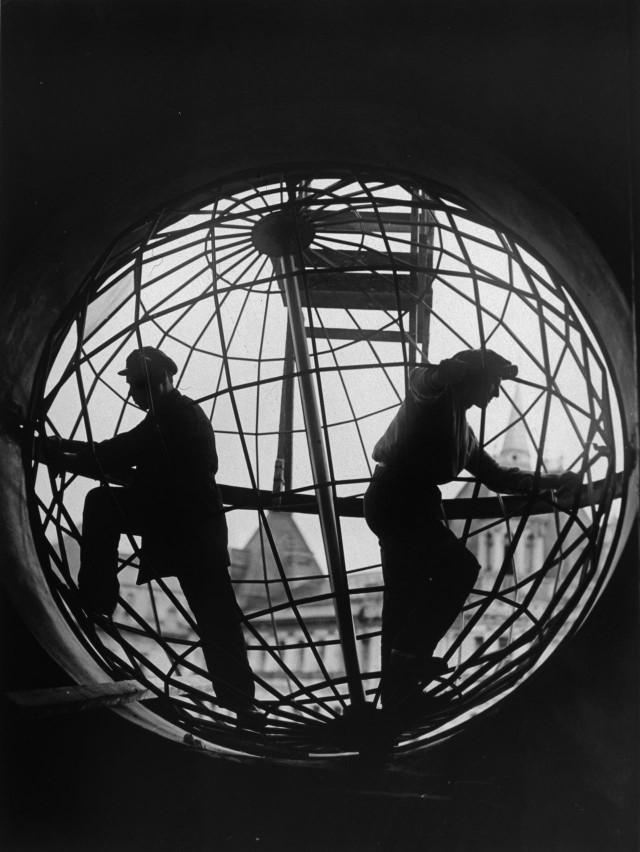 Монтаж конструкции глобуса на Центральном телеграфе, 1928. Фотограф Аркадий Шайхет