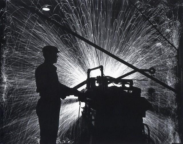 Заточка инструмента, 1939. Фотограф Аркадий Шайхет