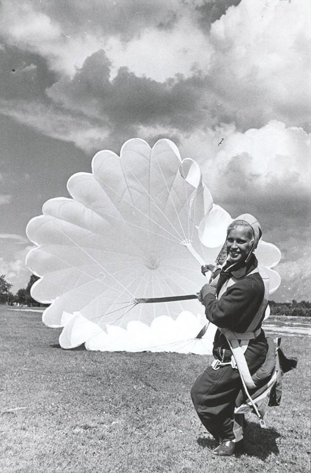 Муза Малиновская, одна из первых женщин-парашютисток, 1937. Фотограф Виктор Руйкович