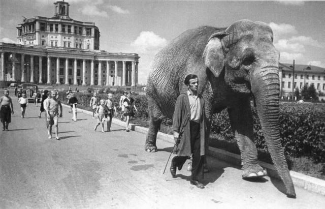 Здание театра Красной армии, 1939. Фотограф Эммануил Евзерихин