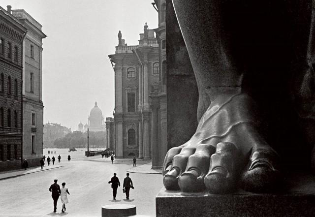 Атланты. У входа в Эрмитаж, 1931. Фотограф Борис Игнатович