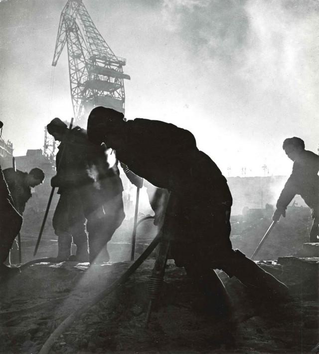 Рабочие на закате, 1930. Фотограф Макс Альперт