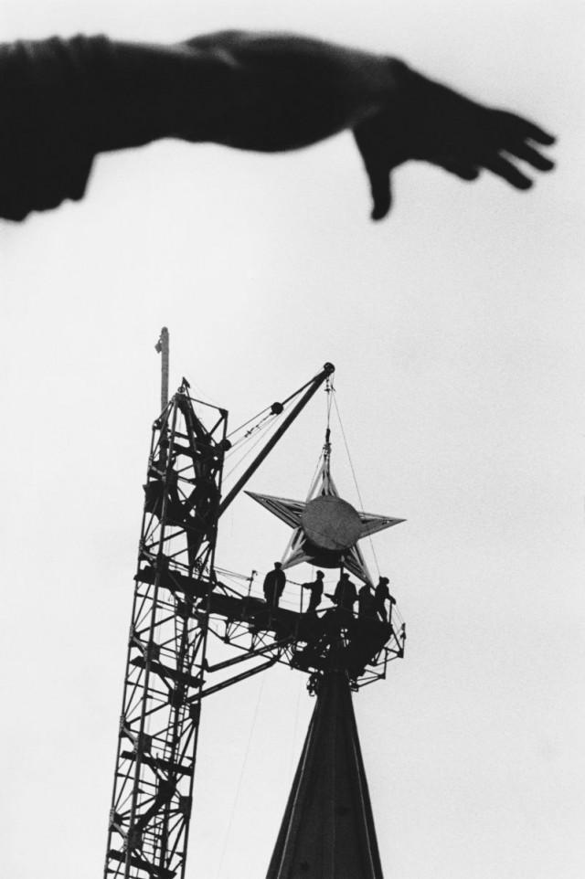 Сейчас и навсегда (Подъем звезды на Спасскую башню Кремля), 1935. Фотограф Марк Марков-Гринберг