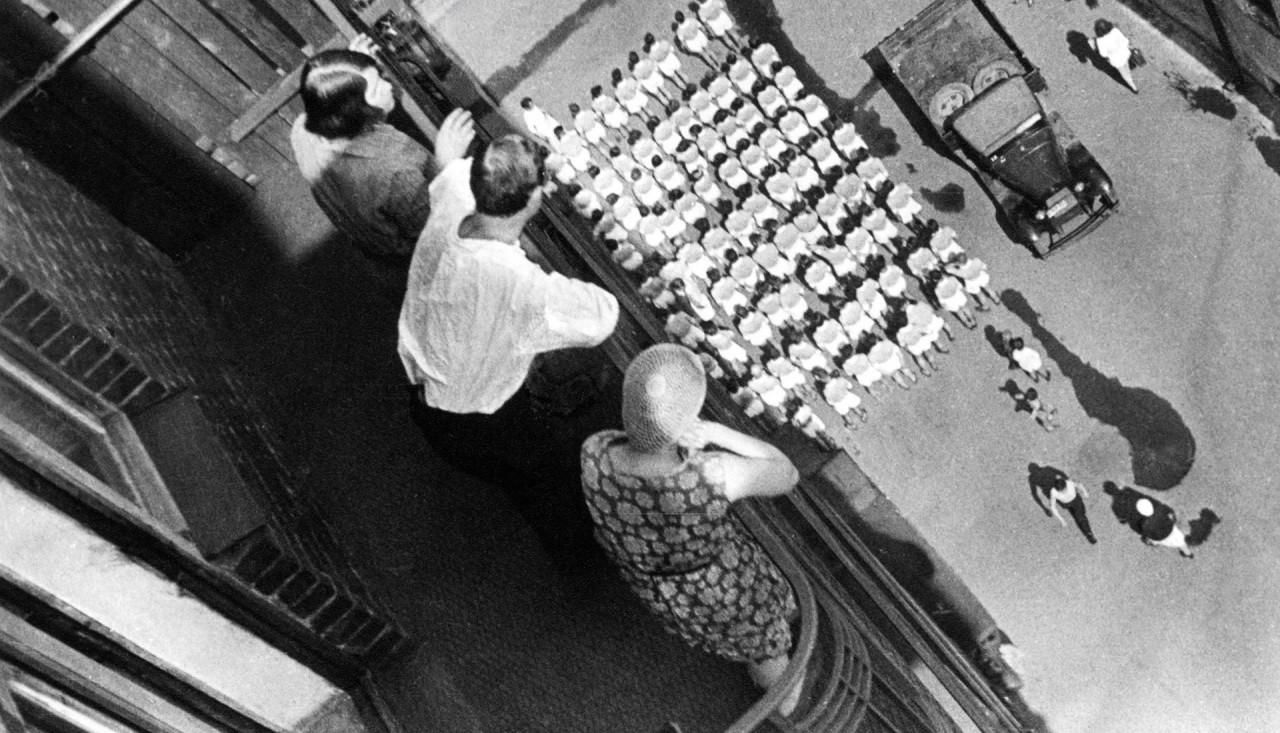 Сбор на демонстрацию, 1928. Фотограф Александр Родченко