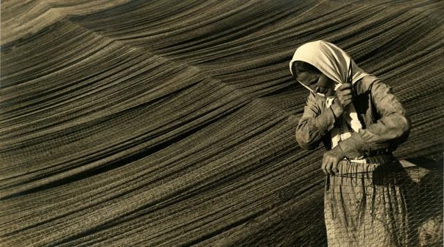 Починка сетей на Волге, 1934. Фотограф Михаил Прехнер