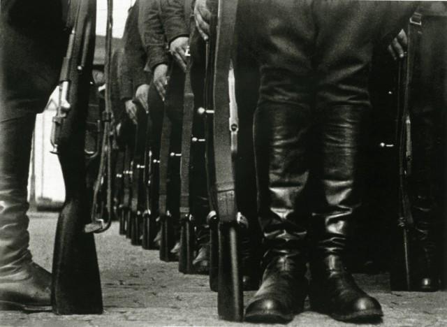 «Винтовки к ноге!», 1930. Фотограф Борис Игнатович