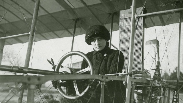 Баронесса Раймонда де Ларош пролетела на биплане братьев Вуазен 300 метров. Известна как первая в истории женщина, управлявшая самолетом