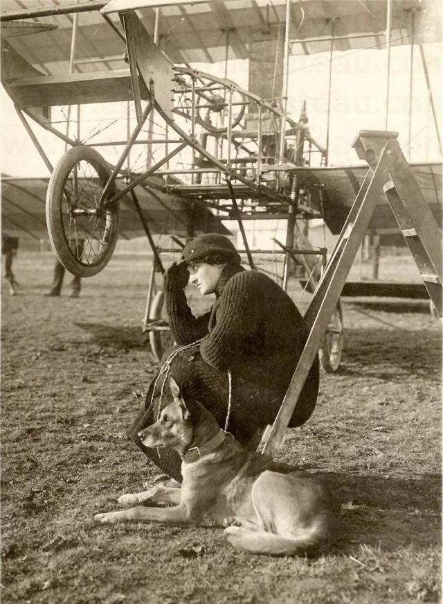 Баронесса Раймонда де Ларош   –    известна, как первая в истории женщина, управлявшая самолётом