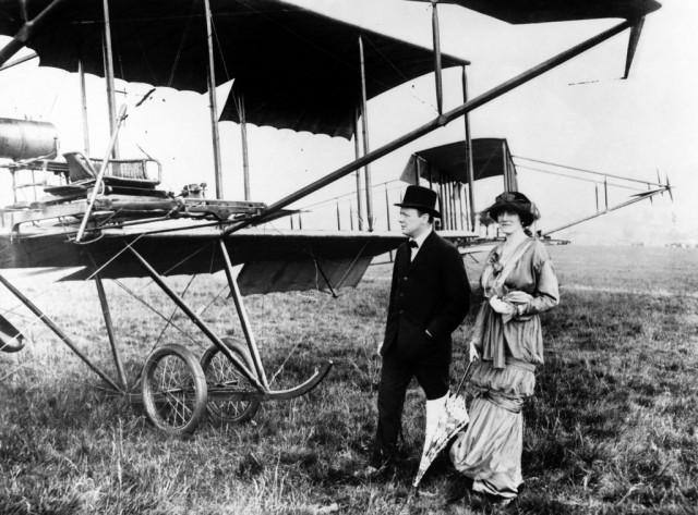 Уинстон Черчилль с женой Клементиной рядом с ранним самолетом в Хендоне, 1914 год