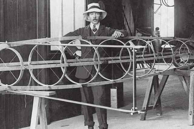 Изобретатель Альберто Сантос-Дюмон выступал против использования авиации в военных целях. Учёный не был услышан и в отчаянии повесился