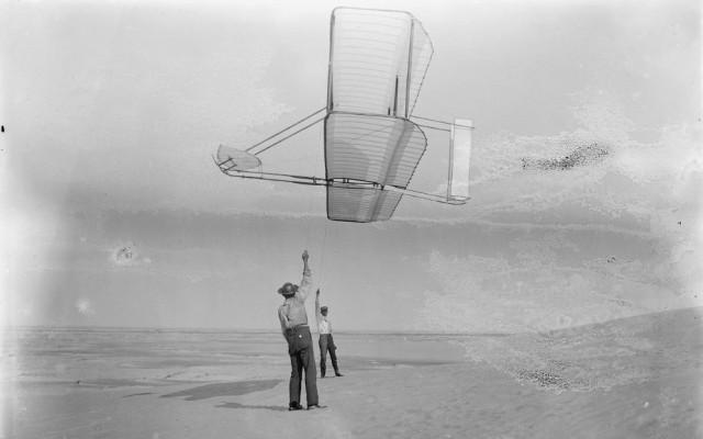 Уилбур Райт (справа) с планером, 19 сентября 1902 года