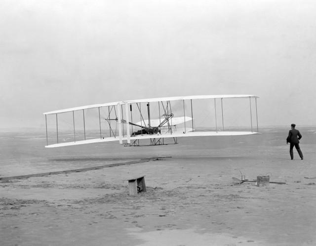 Первый полёт Флайера-1 17 декабря 1903 года, пилотирует Орвилл, Уилбер — на земле