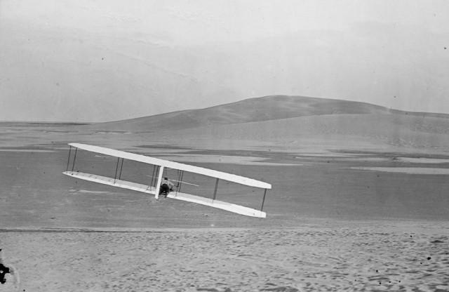 Американцы Уилбур и Орвилл Райты – изобрели первый управляемый летательный аппарат тяжелее воздуха