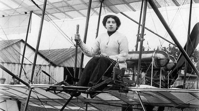 Лидия Зверева – выпускница Мариинского женского училища . В 1910 году поступила в Гатчинскую авиашколу «Гамаюн». Выдержав все выпускные экзамены, стала первой в России женщиной-авиатором