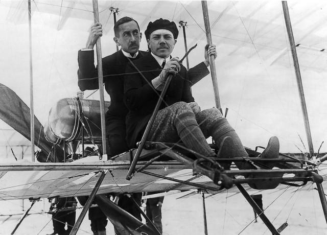 Первый дипломированный российский лётчик Михаил Ефремов прошёл обучение в лётной школе Анри Формана. 21 марта 1910 года в Одессе состоялся первый публичный полёт