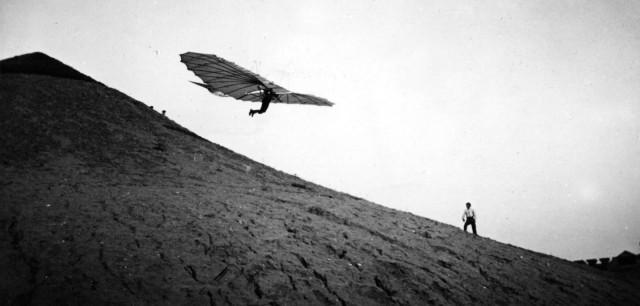 Немецкий «летающий человек», пионер авиации Отто Лилиенталь пилотирует один из своих новаторских планеров