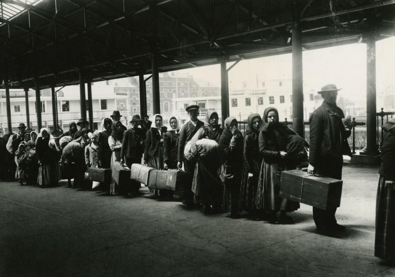 Иммигранты на острове Эллис, ожидающие парома в город, ок. 1900 года