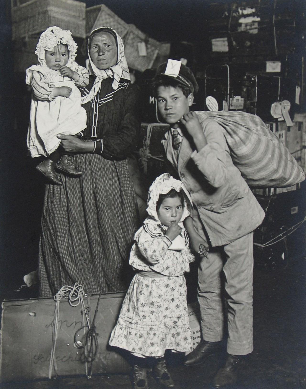 Итальянская семья ищет потерянный багаж, остров Эллис, 1905. Фотограф Льюис Хайн