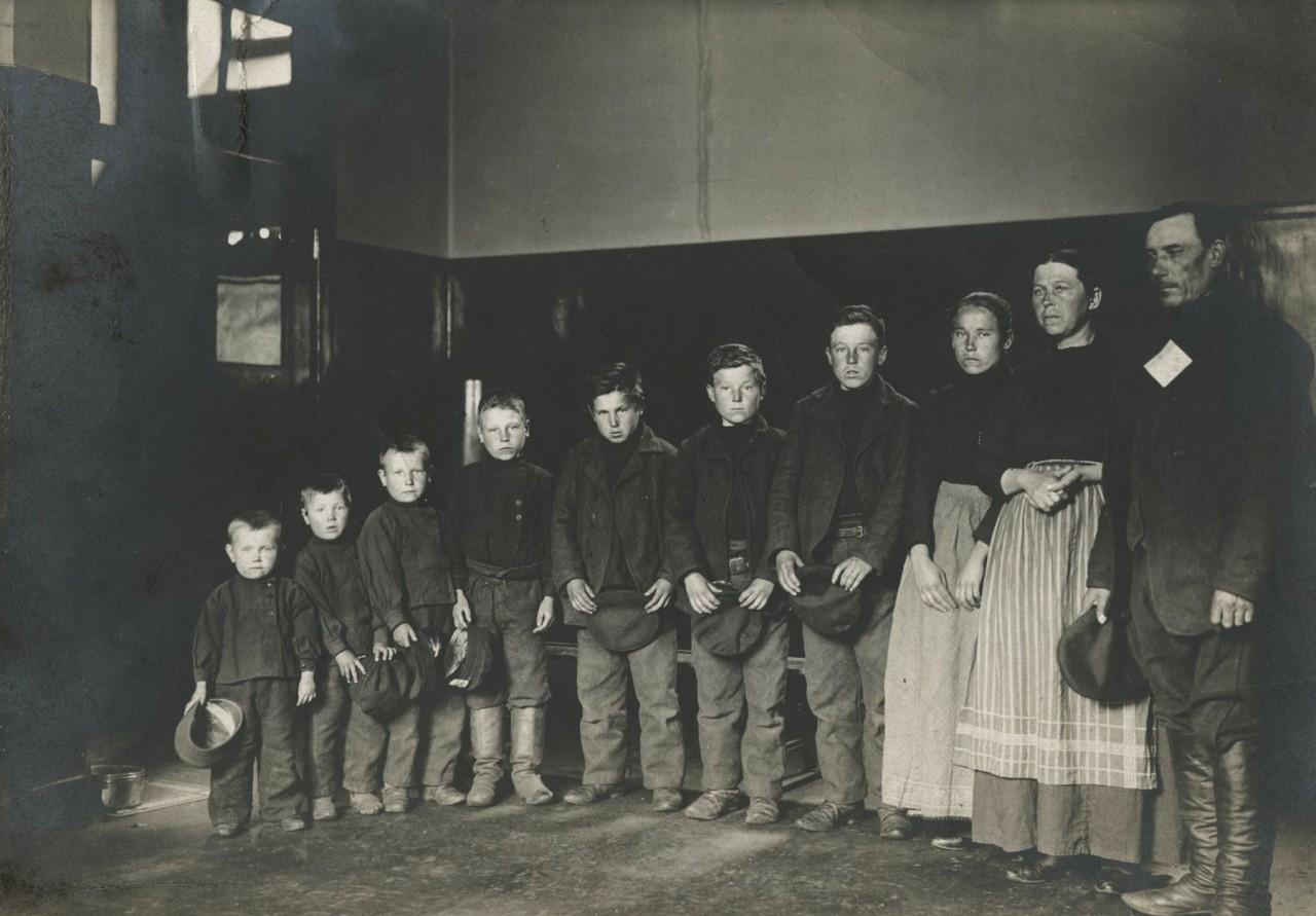 Немецкая семья, прибывшая на остров Эллис в бухте Нью-Йорка, 1905. Фотограф Август Фредерик Шерман