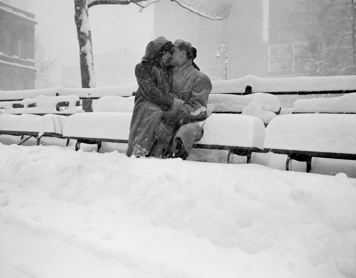 Молодожёны на заснеженной скамейке  перед муниципальным зданием Нью-Йорка, 1947. Фотограф Арт Уиттакер