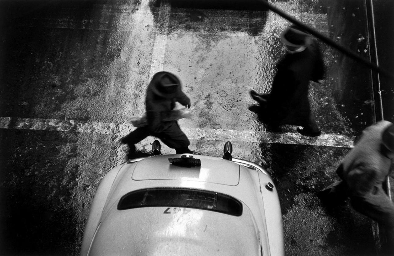 Пешеход, Нью-Йорк, 1955. Фотограф Вернер Бишоф