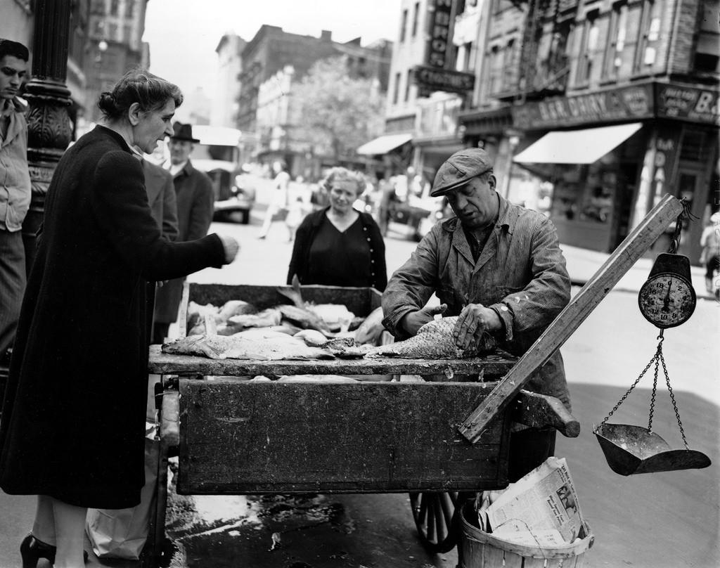 Продавец свежей рыбы в Нижнем Ист-Сайде, Нью-Йорк, 1946