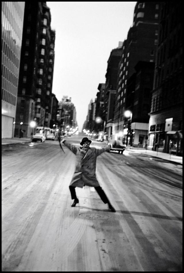 Сэмми Дэвис-младший танцует на Мэдисон-авеню, Нью-Йорк, 1959. Фотограф Берт Глинн
