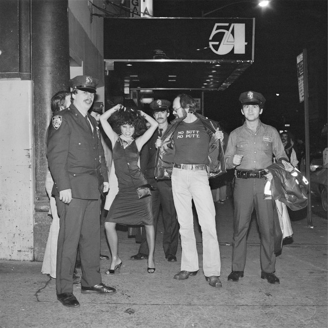 Возле «Студии 54», Нью-Йорк, 1978. Фотограф Мерил Мейслер