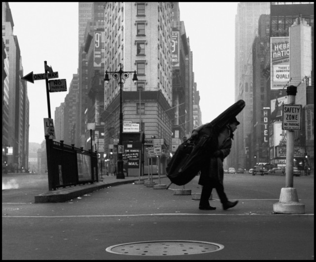 Контрабасист Билл Кроу. Нью-Йорк, 1958. Фотограф Деннис Сток