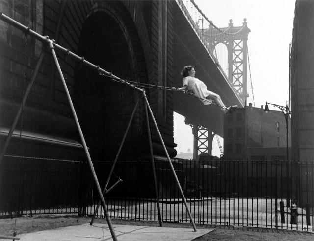 Девочка на качелях, Питт-стрит, Нью-Йорк, 1938. Фотограф Уолтер Розенблюм