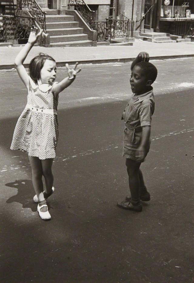 Танцующие дети, Нью-Йорк, ок. 1940. Фотограф Хелен Левитт