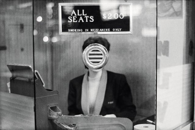 Театральный кассир. Нью-Йорк, 1963. Фотограф Джоэл Мейеровиц