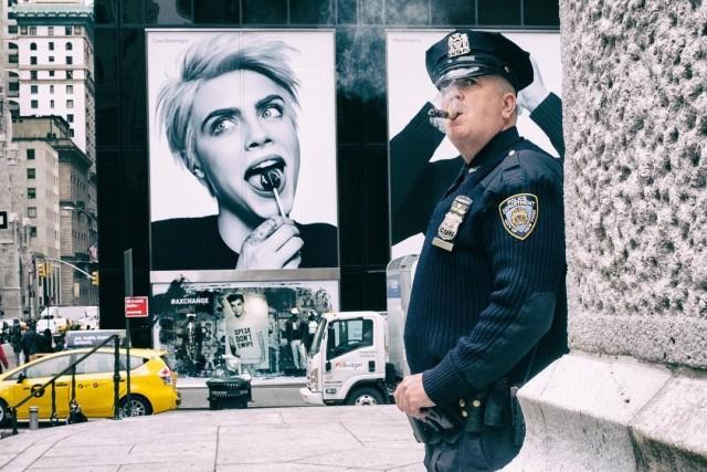 Уличный полицейский. Нью-Йорк, 2017. Фотограф Ронен Берка