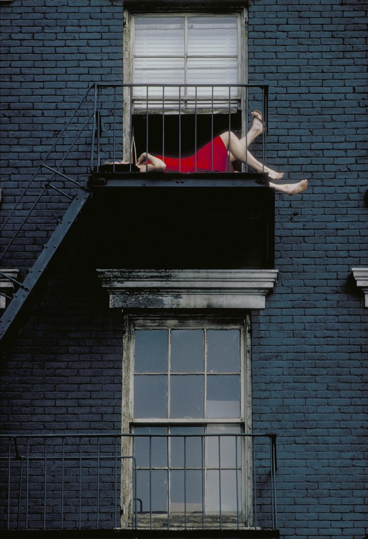 «В красном платье». Нью-Йорк, 1966. Фотограф Джоэл Мейеровиц