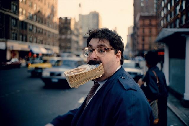 С книгой в зубах. Нью-Йорк, 1993. Фотограф Джефф Мермельштейн