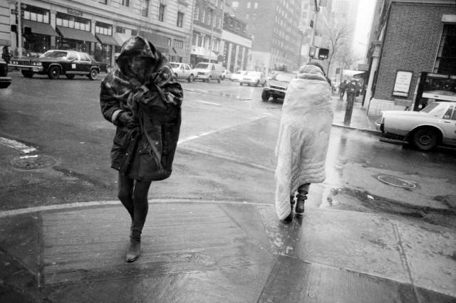«Похолодало». Две женщины на Мэдисон-авеню, Нью-Йорк, 1994. Фотограф Кэрри Боретц