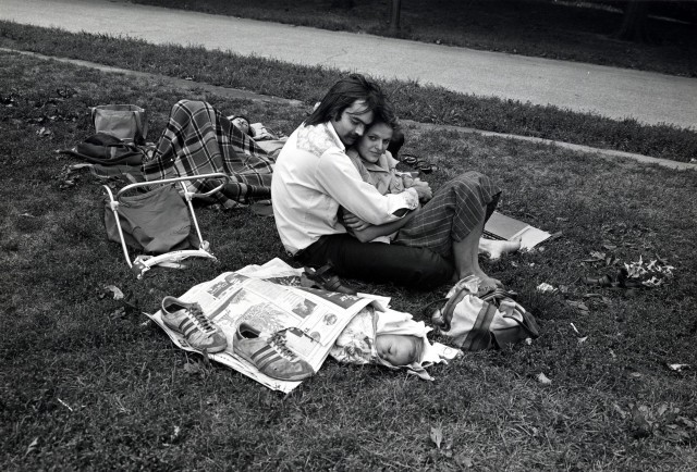 Пара с ребёнком в Центральном парке, Нью-Йорк, 1978. Фотограф Пол МакДонах