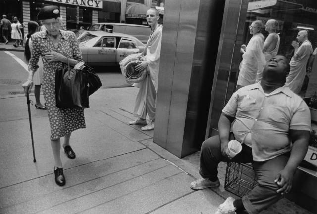 Слепой, старушка и кришнаит, Нью-Йорк, 1972. Фотограф Пол МакДонах