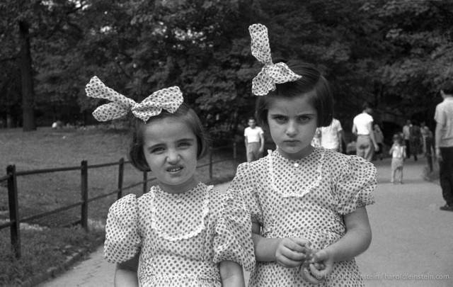 Близнецы в горошек, 1952. Фотограф Гарольд Файнштейн