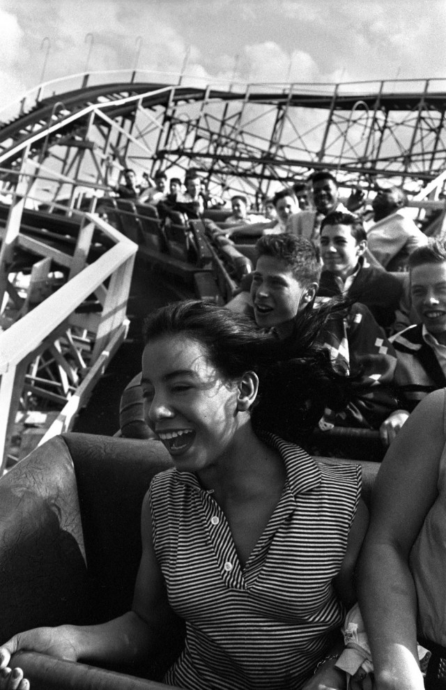 Девушка на циклоне, 1950. Фотограф Гарольд Файнштейн