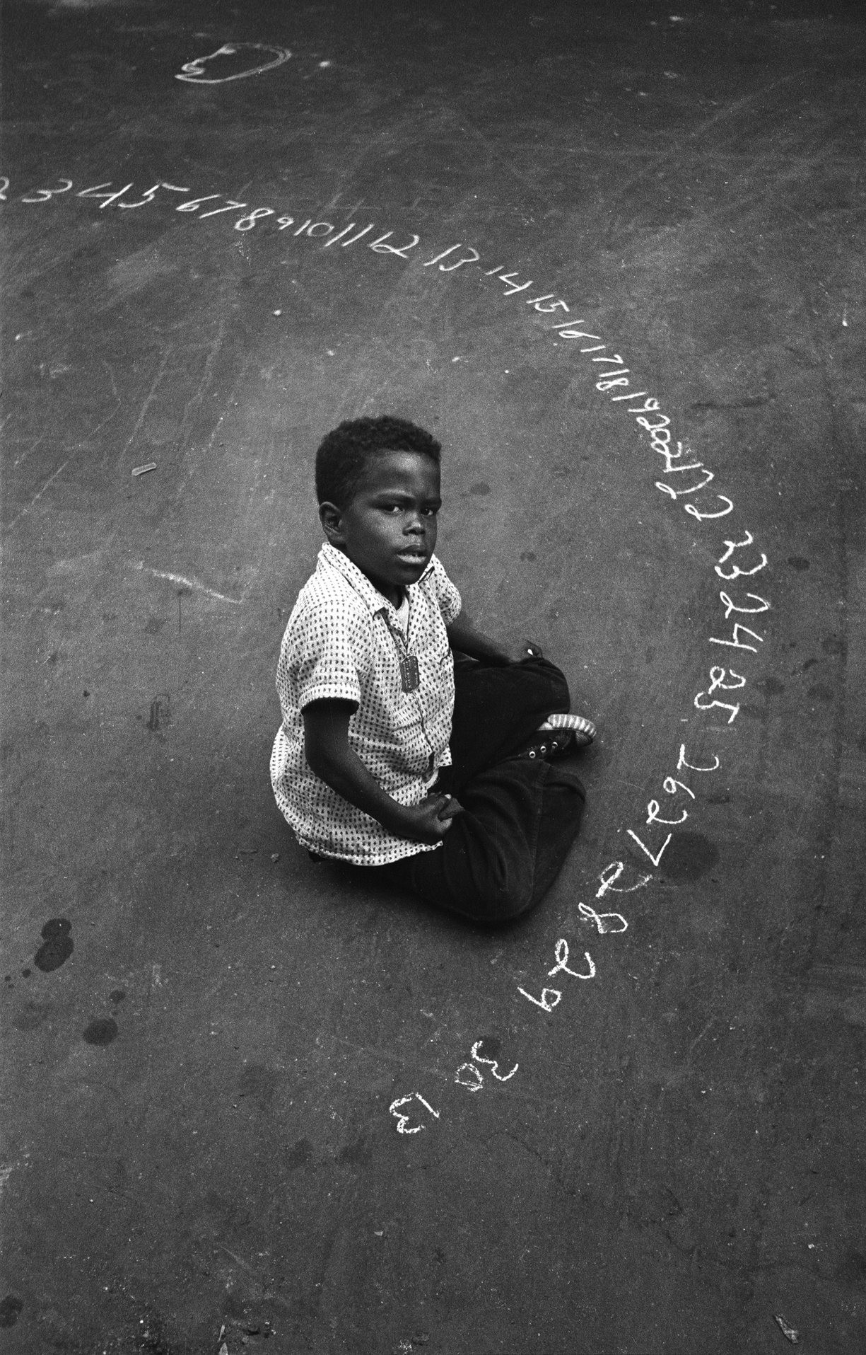 Мальчик с цифрами мелом, 1955. Фотограф Гарольд Файнштейн