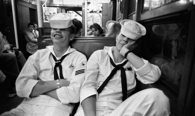 Моряки в метро, 1952. Фотограф Гарольд Файнштейн